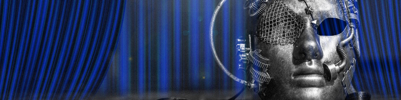 Máscara de teatro en escenario con telón azul